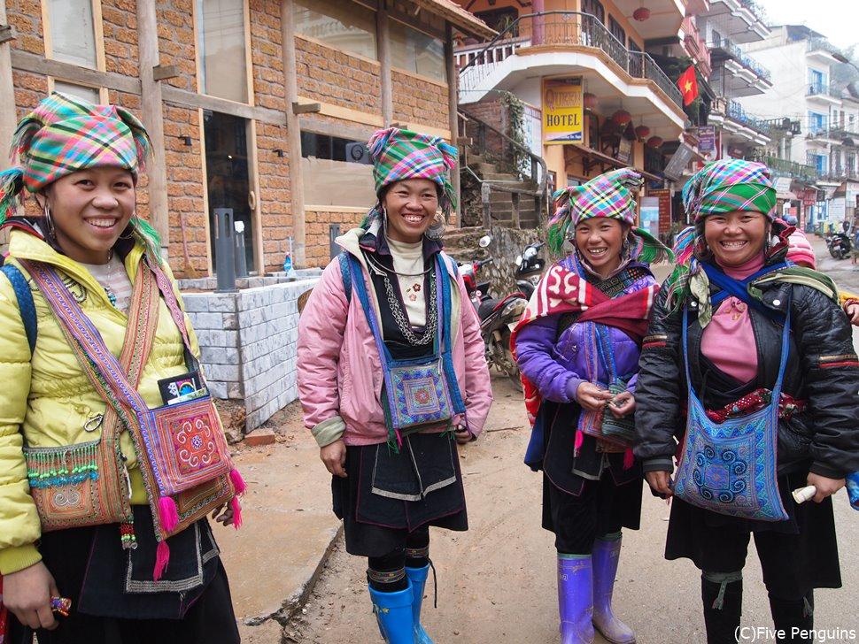 少数民族のモン族の女性たち