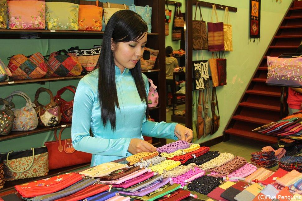 ドンコイ通りの雑貨店にて。色とりどりの雑貨が並びます。