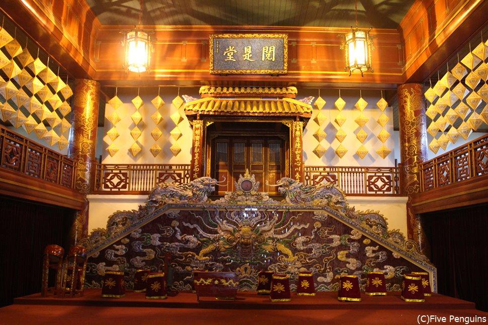 グエン朝王宮の内観。荘厳な雰囲気でかつての栄華が窺えます。