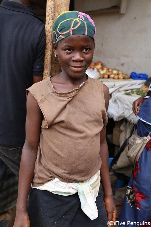アビジャンのフィッシュマーケットで働く子供