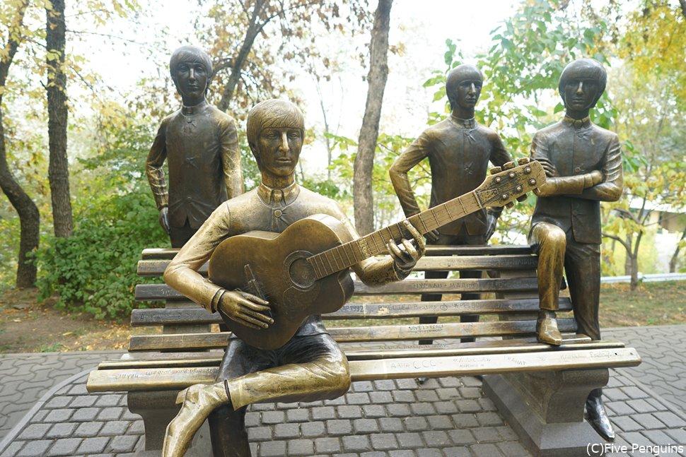 アルマトイのコクトベ展望台にあるビートルズ像。ビートルズはカザフスタンにいったことはありません。