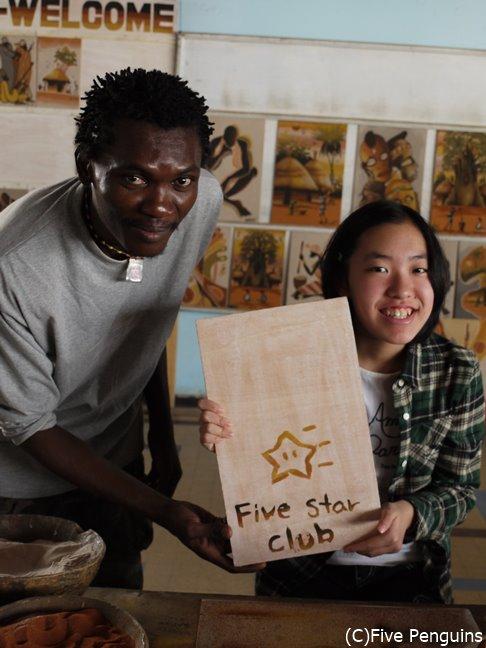 ダカールの砂絵のギャラリーで、この国の伝統芸術のひとつである砂絵作り体験