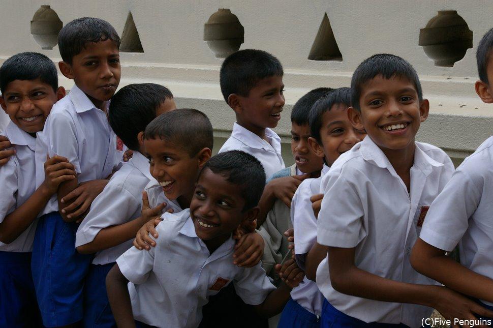 可愛らしいスリランカの子供たち。