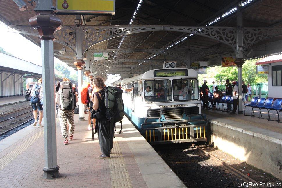 スリランカ国内は列車での移動も楽しみの一つです
