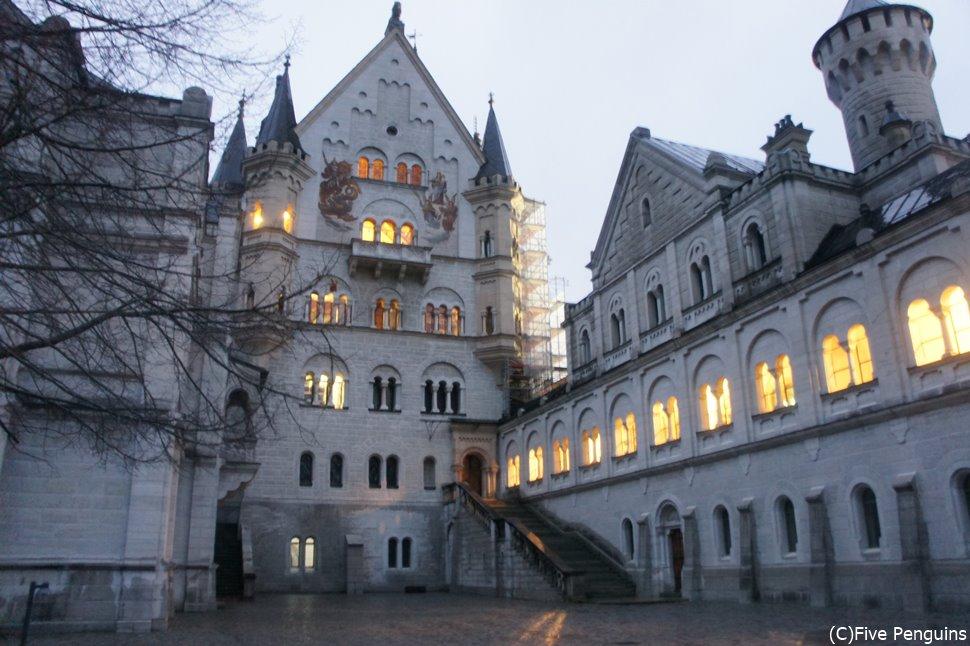 昼間とは雰囲気が違うノイシュヴァンシュタイン城