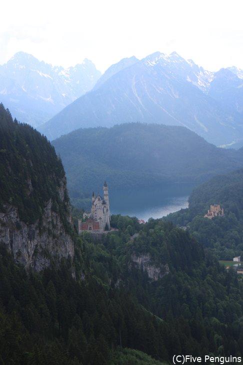 湖を背景にした美しい姿はおとぎ話に出てくるお城そのもの