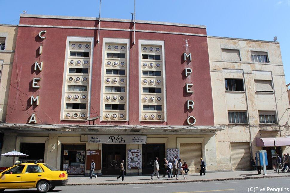 建物正面の文字が印象的なシネマインペロ(エリトリア/アスマラ)
