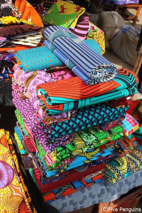 マルシェで積み上げて売られるパーニュという布地