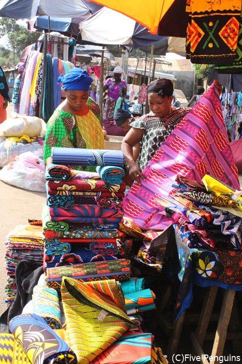 マルシェでパーニュを売る女性たち