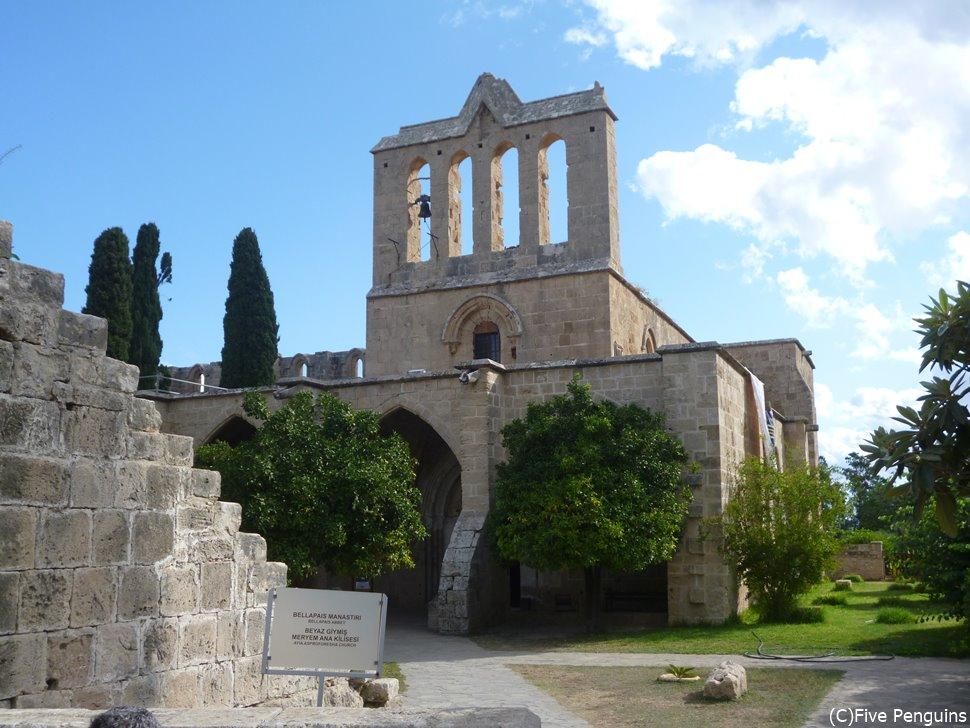 「白の修道院」という別名を持つベラパイス修道院