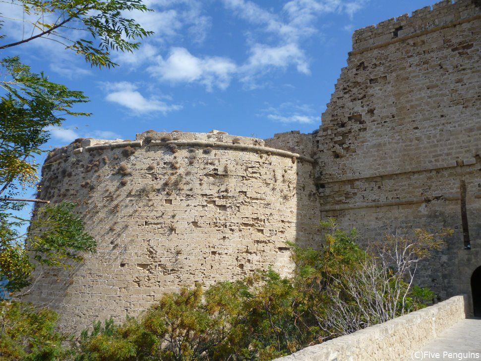 キレニア城の城壁。9世紀に建てられたというから驚き。