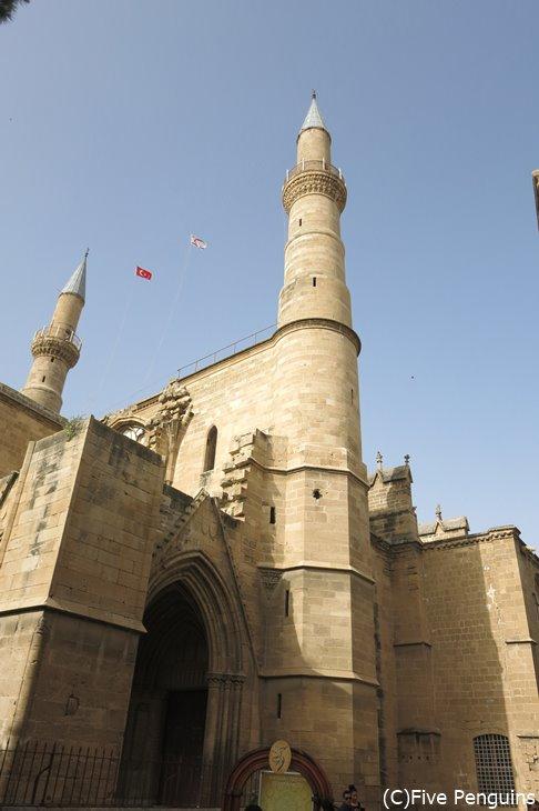 セリミエ・モスク。見た目は完全に教会ですが・・・?