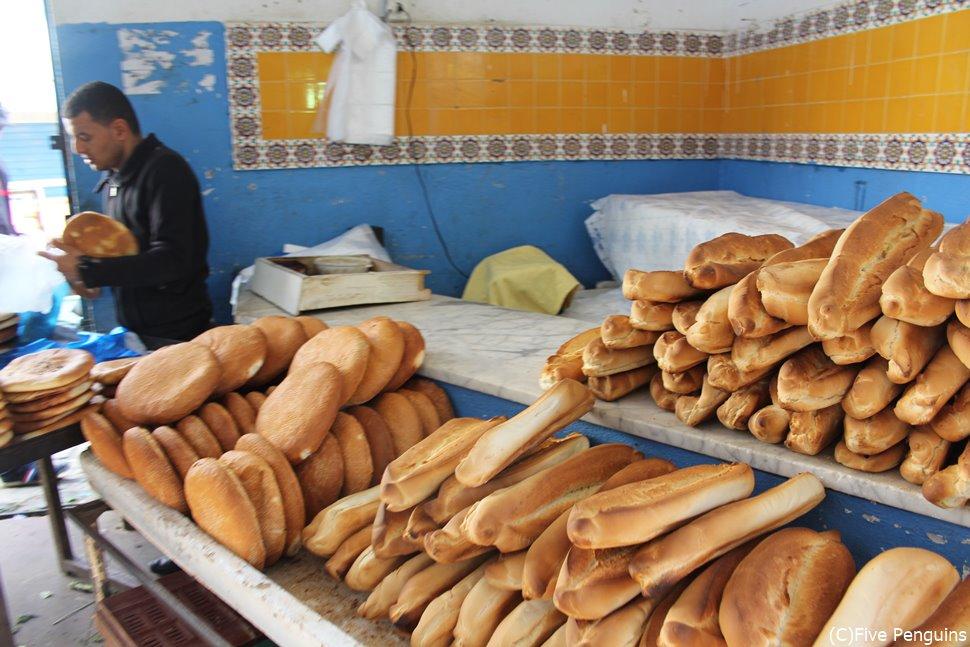 両国ともにフランスパンは日常の食事(チュニジア)