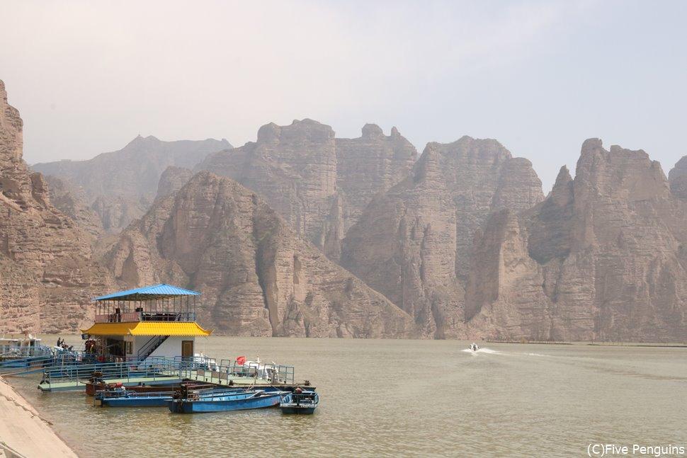 炳霊寺石窟寺院へはスピードボートで移動