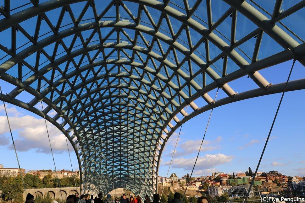 時代を感じる旧市街に近代的なデザインの平和橋が印象的です
