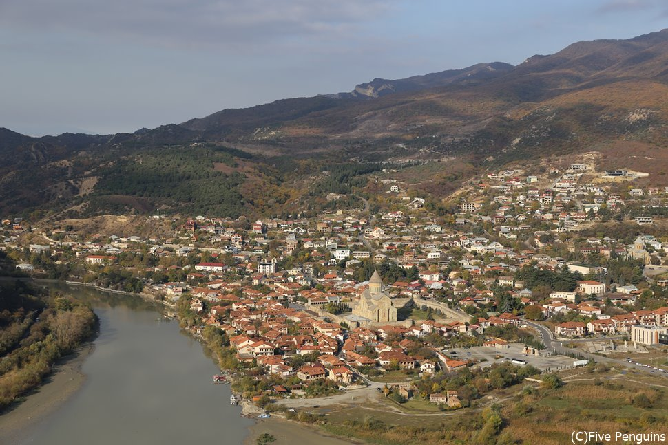 ジュヴァリ聖堂から見たムツヘタの町とスヴェッティ・ツホヴェリ大聖堂