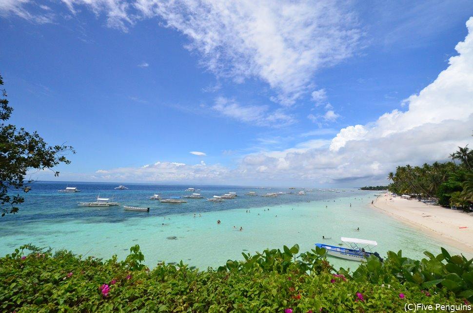美しいビーチのパングラオ島のアロナビーチにはリゾートも多い