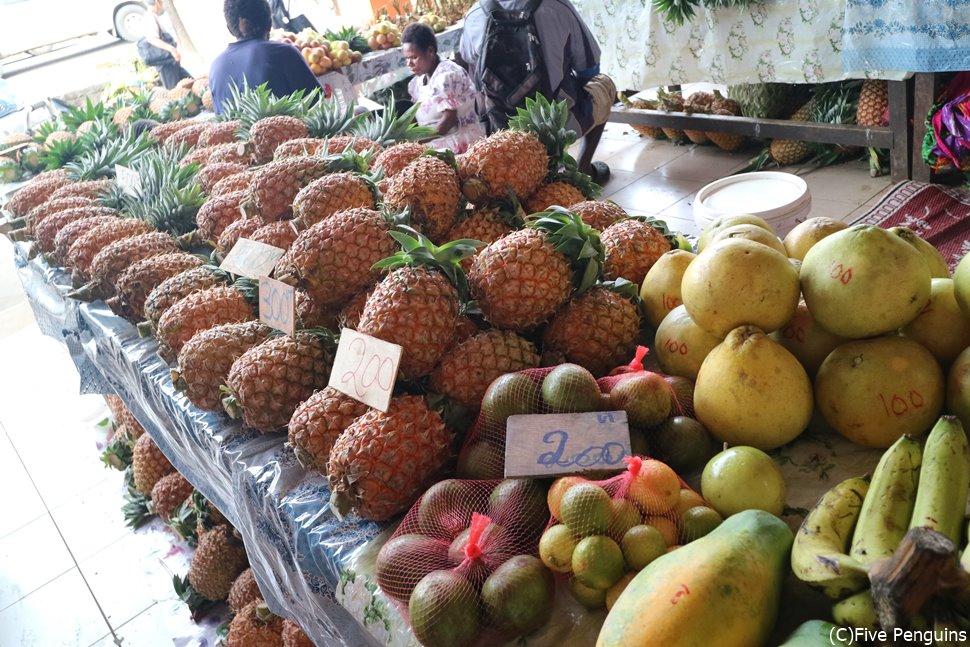市場には南国らしい野菜やフルーツが並びます。