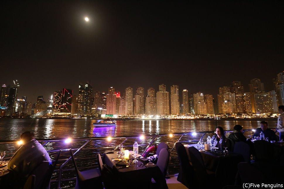 キラキラの夜景が美しい!ダウ船クルーズ