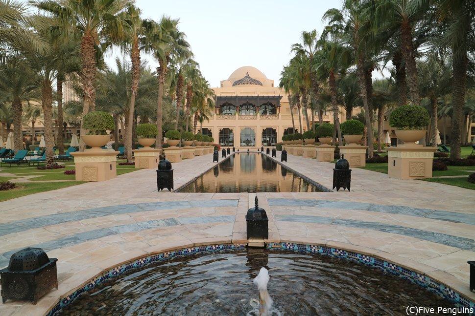 宮殿ではありません!豪華絢爛なロイヤルミラージュホテルの中庭!