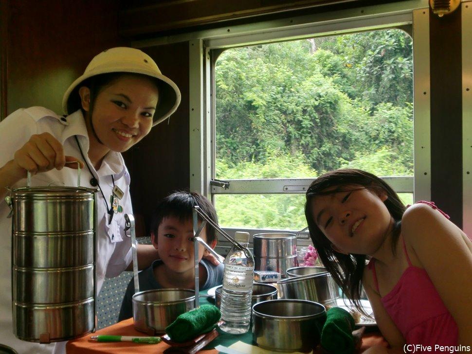 長閑な車窓を楽しむランチ/家族で北ボルネオ鉄道乗車体験も楽しい!