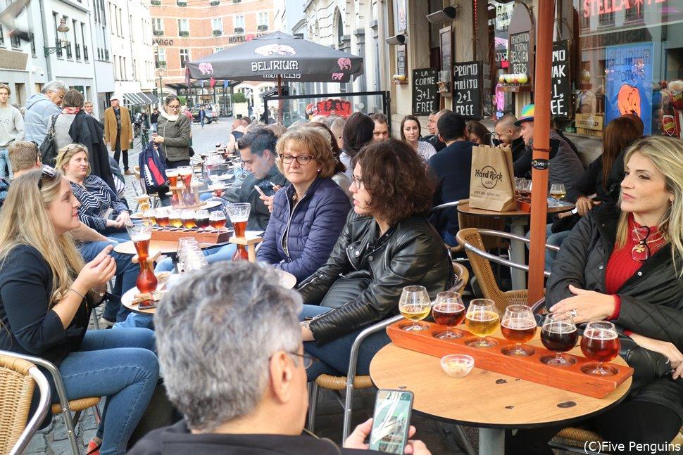 テラス席でベルギービールの飲み比べ
