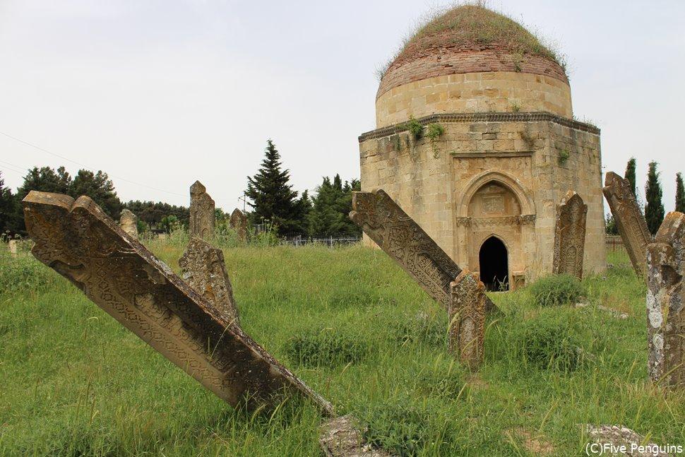 攻撃による荒れた様子から、当時の争いの悲惨さを感じます 7つの墓<シェマハ>
