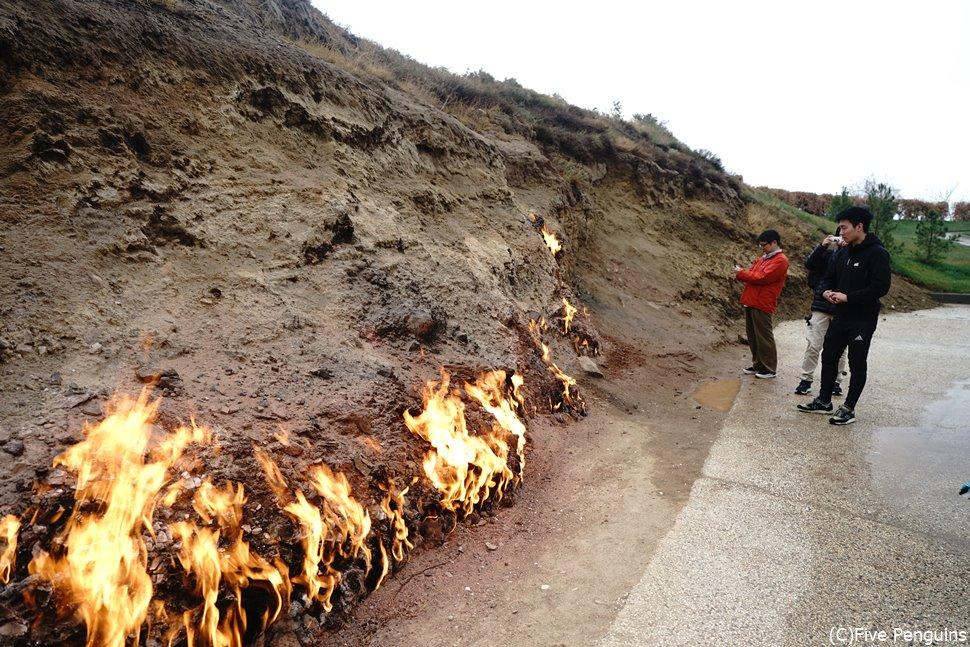 炎に近づくと熱気がもの凄い ヤナル・ダグにて<バクー郊外>