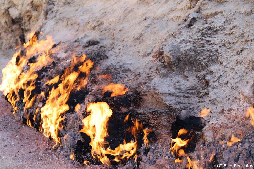 天然ガスが燃え続ける ヤナル・ダグにて<バクー郊外>