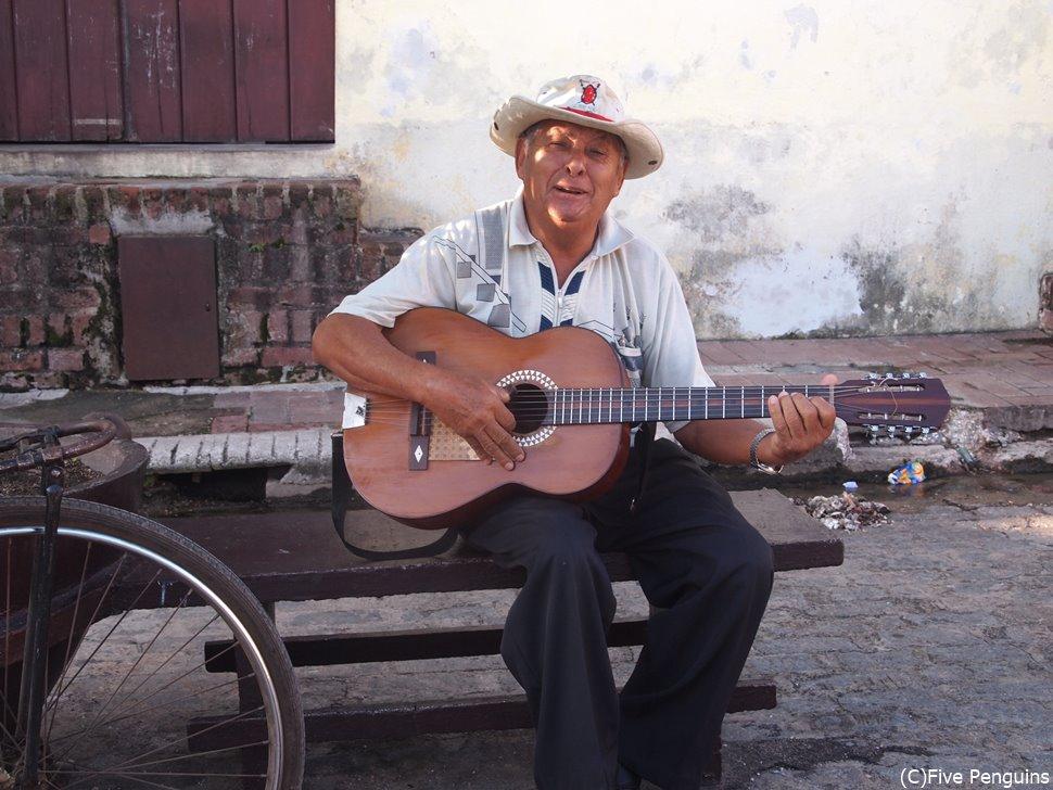 カルメン広場でギターを弾くおじさん