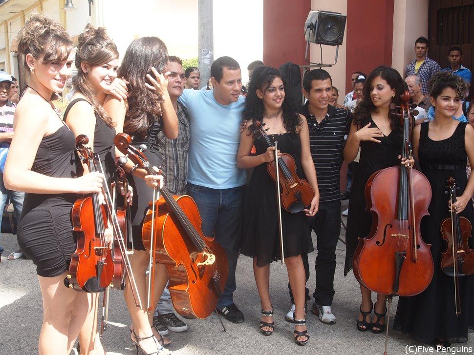 キューバでは音楽は生活の一部!ソレダ教会前にて管弦楽団の人々