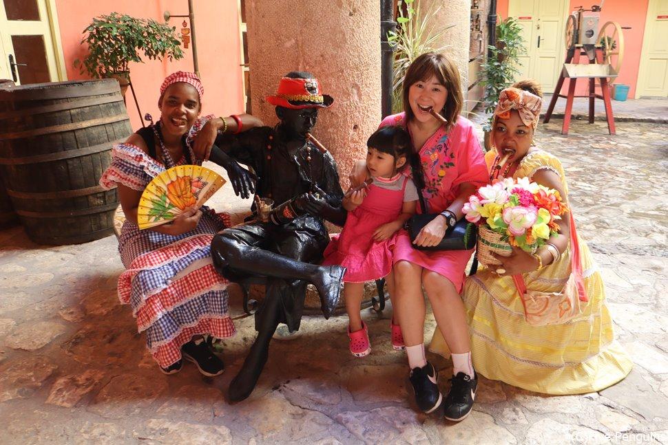 キューバの女性たちと記念撮影