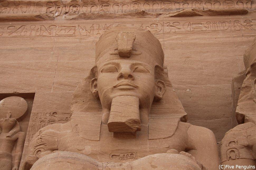 アブシンベルの大神殿に鎮座する太陽神ラー・ラムセス2世の巨像