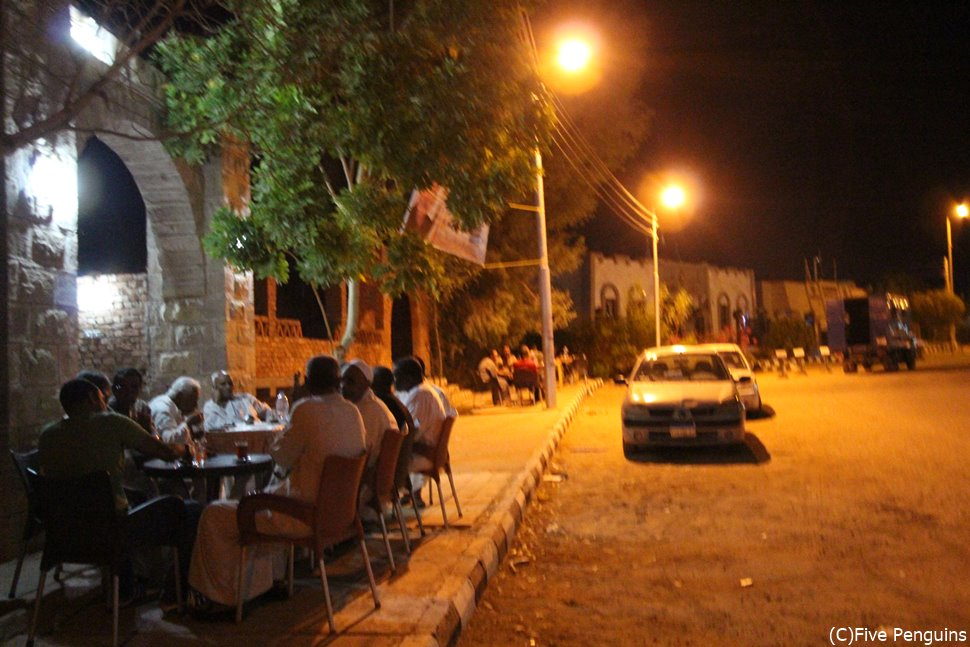 夜遅くまでシーシャを楽しむ人が集う。アブシンベルの町。