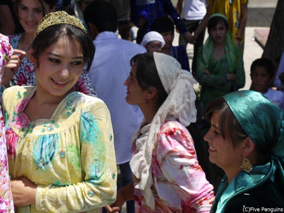 ドゥシャンベにて結婚式に遭遇 民族衣装がカラフルで美しい!