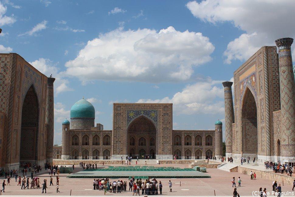 タジキスタンとの周遊旅行の定番と言えばウズベキスタン 写真はサマルカンドのレギスタン広場