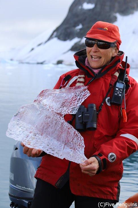 氷の塊を手に説明してくれるカッコいいアニーさん