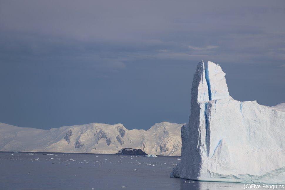 南極半島でクルーズ中に氷山を見る