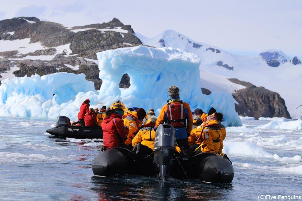 南極の氷塊は目の前で音を立てて崩れ・・・・・