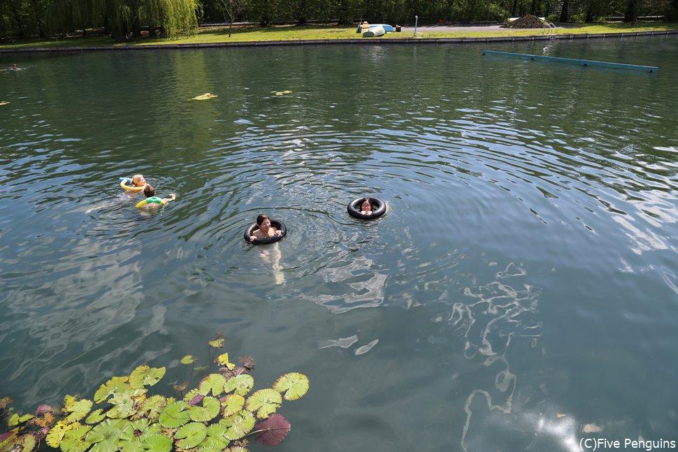 浮き袋をつけて温泉体験(ヘーヴィーズ)