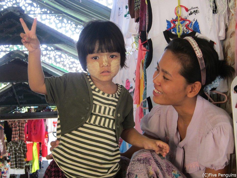 ミャンマーの親子。子供に塗られているのが「タナカ」