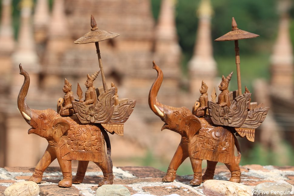 仏教国らしい象のかたちの民芸品