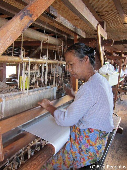 機織り工房で働く女性