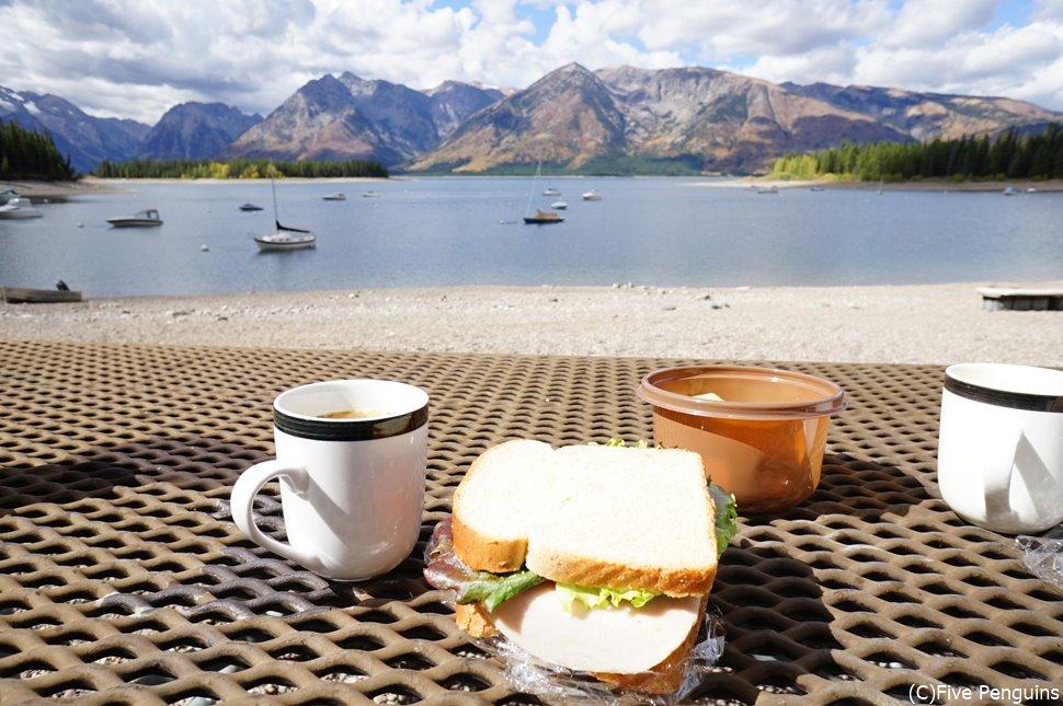 美しい景色の中で、ピクニックランチできるのもドライブ旅の良さ 写真はグランドティトン国立公園