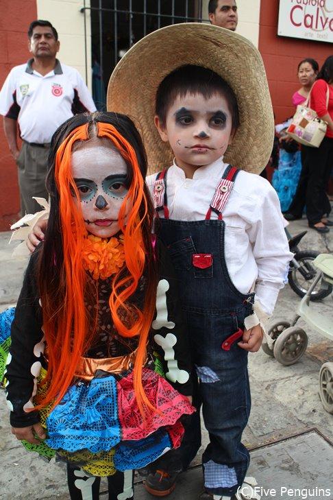 死者の日には骸骨の扮装でパレードします